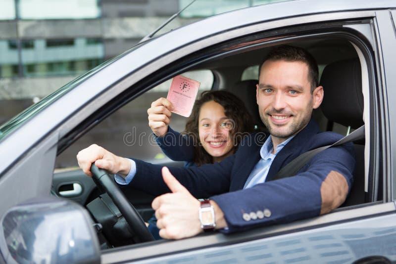 Conductor en su coche después de conseguir su carné de conducir fotografía de archivo libre de regalías