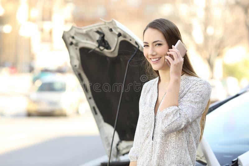 Conductor feliz que llama seguro y que le mira imágenes de archivo libres de regalías