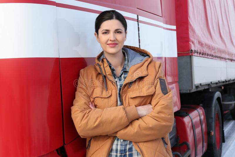 Conductor femenino cerca del camión moderno grande imágenes de archivo libres de regalías