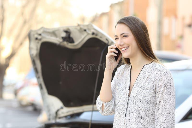 Conductor sonriente que llama seguro después de avería del coche imágenes de archivo libres de regalías