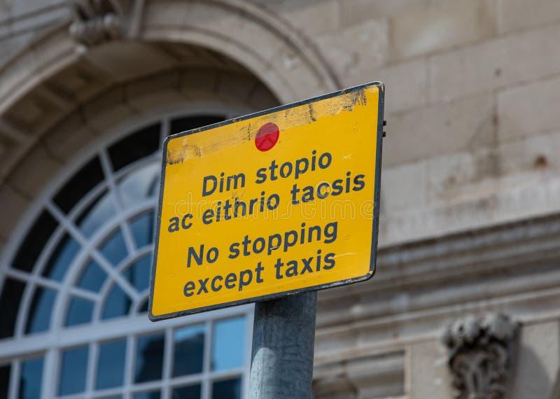 Conductores amonestadores de la muestra amarilla y negra a no parar excepto los taxis en Llandudno País de Gales mayo de 2019 del fotografía de archivo