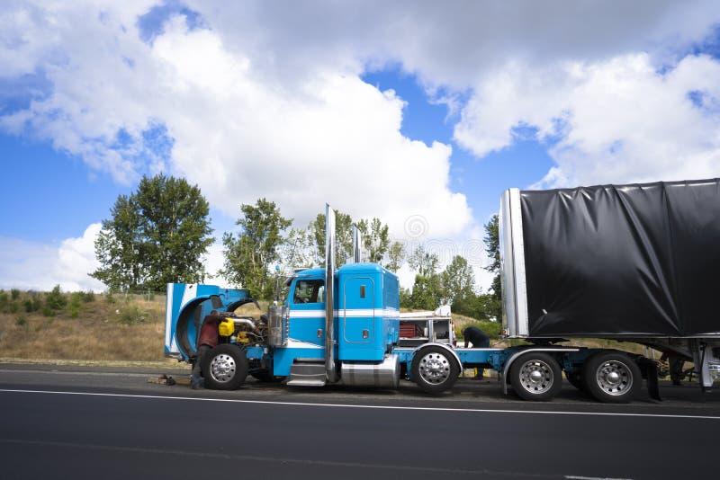 Conductores de camión que reparan el camión grande del aparejo semi con la derecha abierta de la capilla foto de archivo libre de regalías