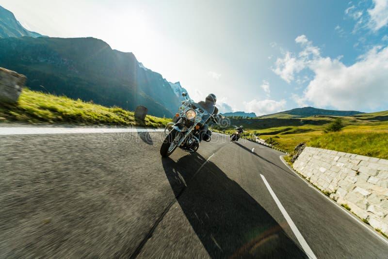 Conductores de motocicleta que montan en carretera alpina en Hochalpenstrasse famoso, Austria, Europa fotografía de archivo libre de regalías