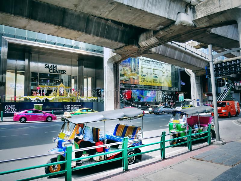 Conductores de Tuk Tuk que esperan a pasajeros en la estación de Tailandia BTS imagenes de archivo