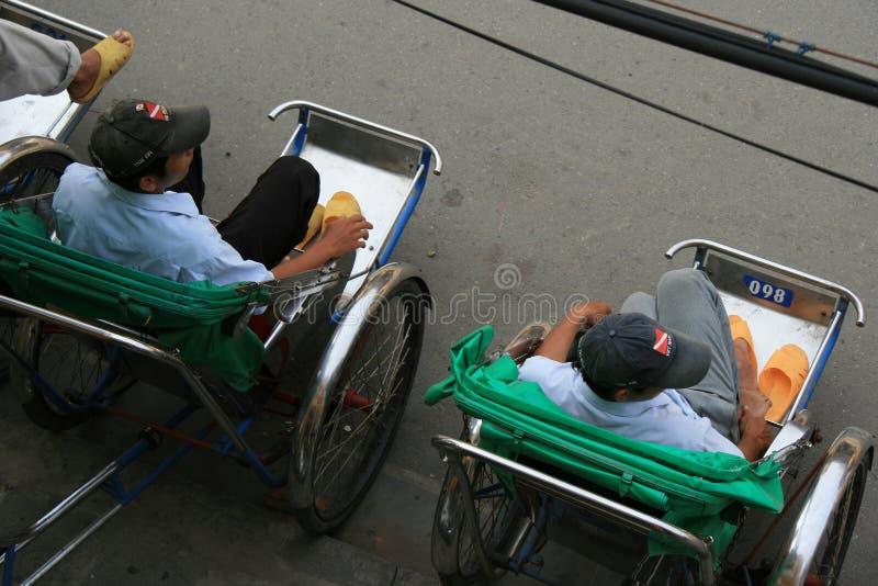 Conductores del carrito en una calle en Hoi An (Vietnam) fotos de archivo