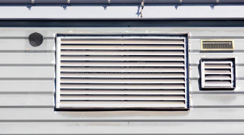 Conductos de la salida de aire para la ventilación en la pared foto de archivo libre de regalías