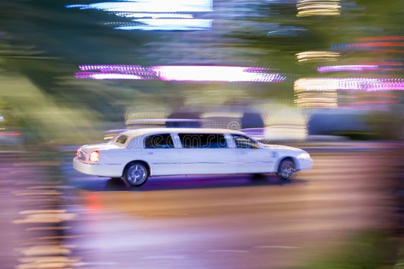 Conduire la limousine de bout droit blanche photos stock
