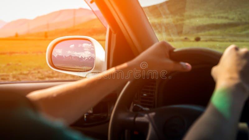 Conduire la voiture sur la route de montagne photo stock