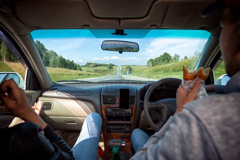 Conduire la voiture sur la route de montagne images libres de droits