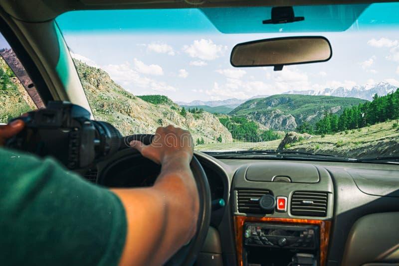 Conduire la voiture sur la route de montagne images stock