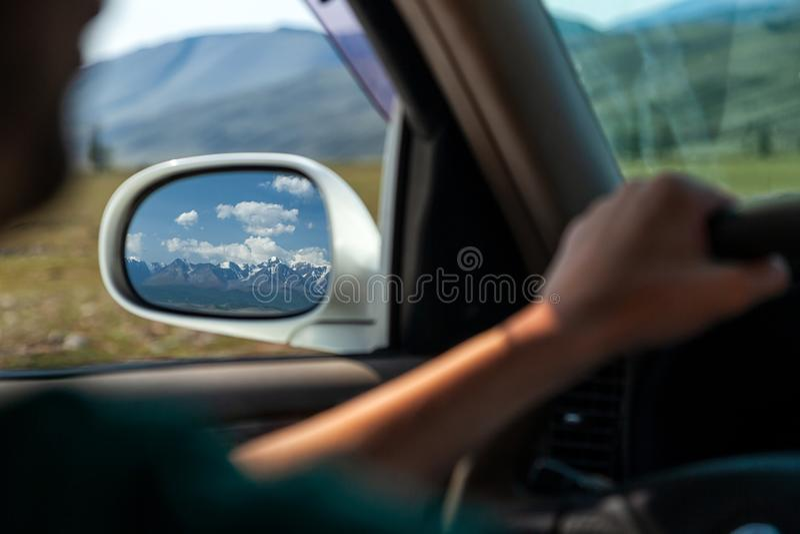Conduire la voiture sur la route de montagne photo libre de droits
