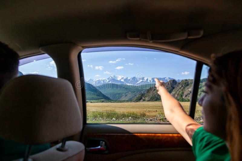 Conduire la voiture sur la route de montagne image libre de droits