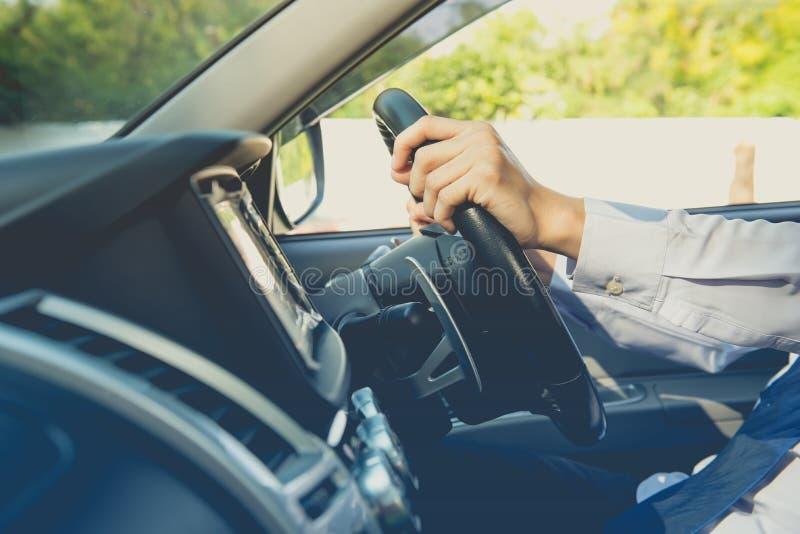Conduire la voiture, volant d'une voiture photographie stock