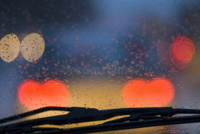 Conduire le véhicule sous la pluie. image stock