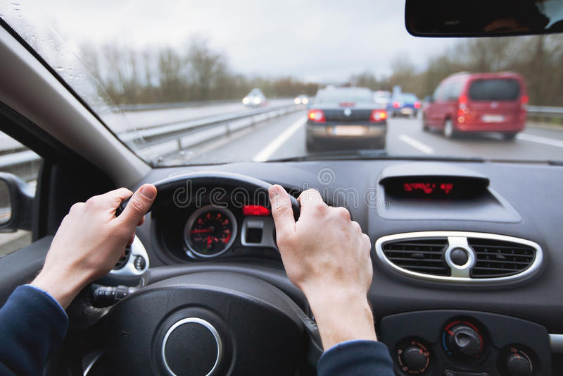 Conduire le véhicule sur l'omnibus image libre de droits