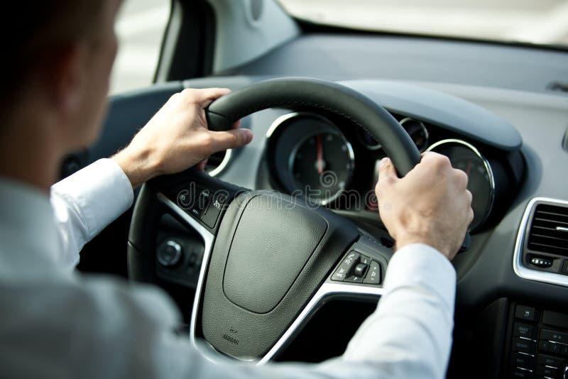 Conduire un véhicule images stock