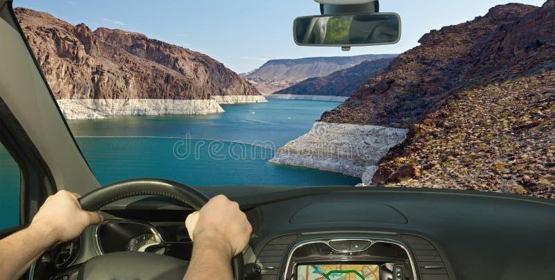 Conduire une voiture avec la vue du fleuve Colorado, le Nevada, Etats-Unis photos stock