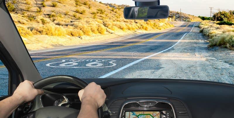 Conduire une voiture sur la route historique 66, Californie, États-Unis images libres de droits