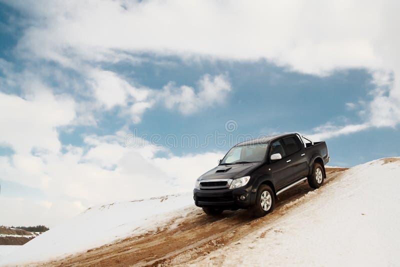 conduire vers le bas le camion de côte photos libres de droits