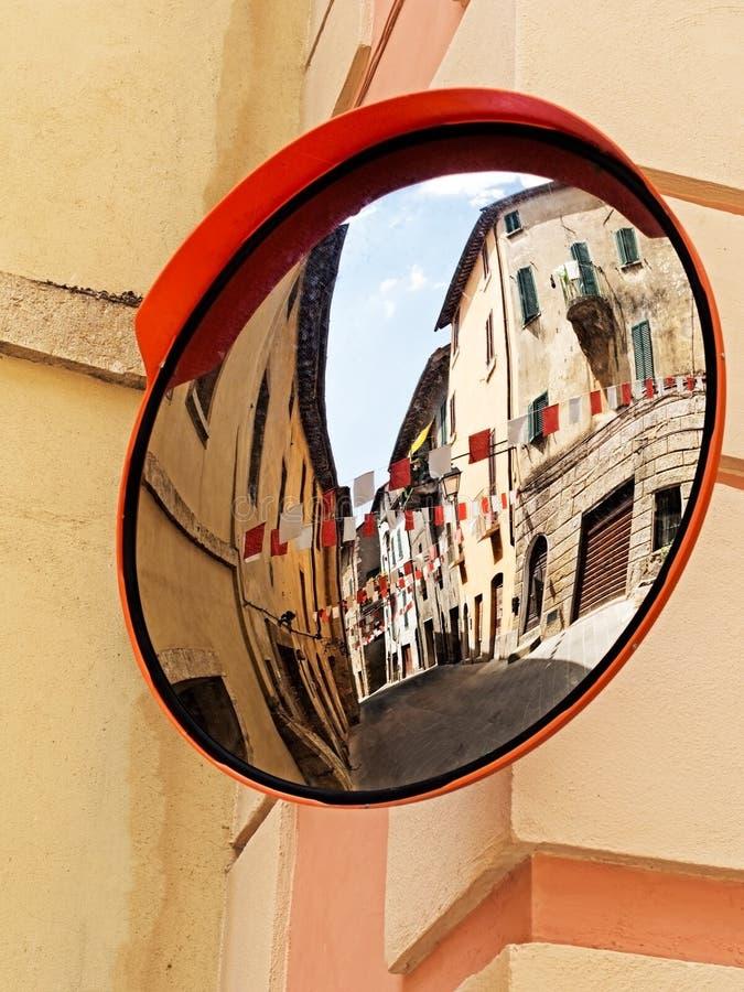 Conduisant le village de l'Italie - du Sarteano dans le festa, réflexion images stock