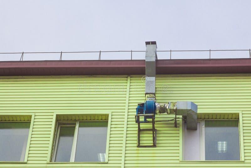 Conduit d'air et moteur sur le mur du bâtiment photographie stock