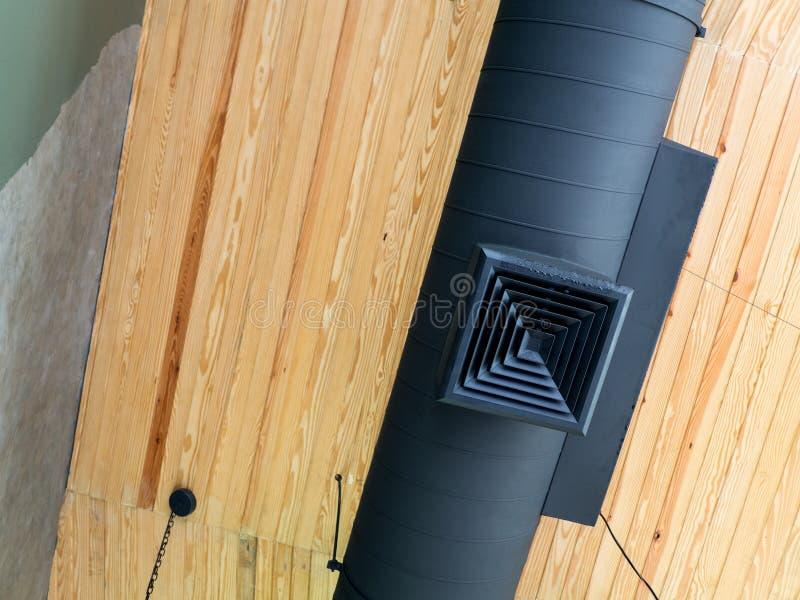 Conduit d'air sur le plafond, conduit d'air intérieur de construction photo libre de droits