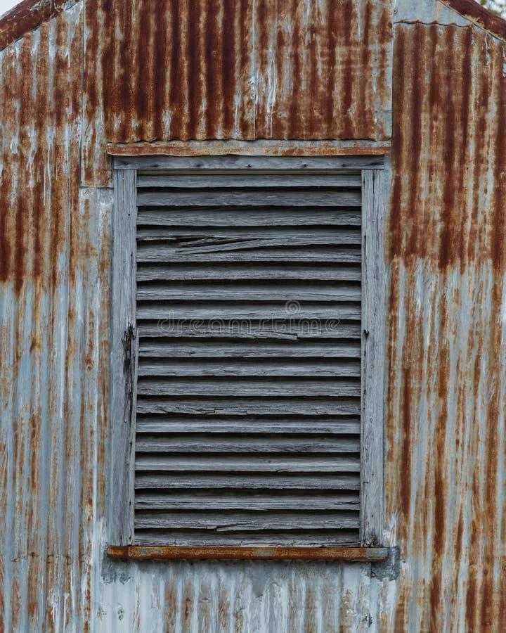 Conduit en bois sur la verticale de construction rouillée photos libres de droits