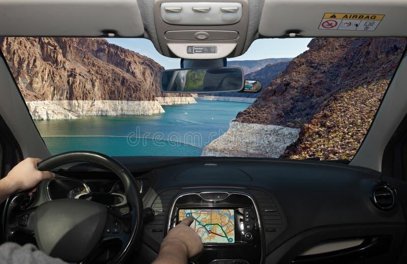 Conduite avec GPS avec vue sur le fleuve Colorado, Nevada, États-Unis images stock