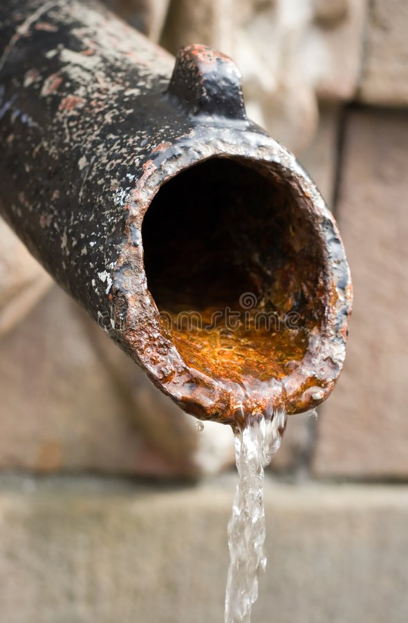 Conduite d'eau rouillée images stock
