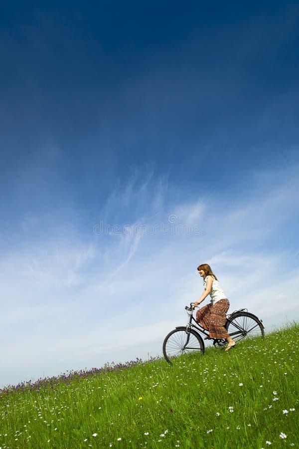 Conduite d'une bicyclette images libres de droits