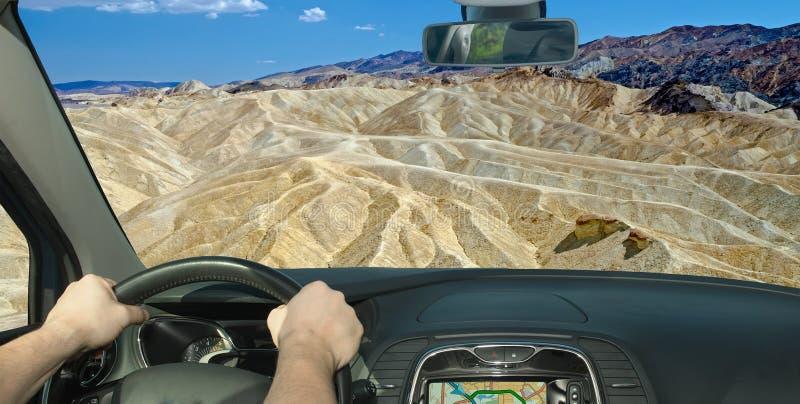 Conduite d'une voiture en direction de Zabriskie Point, Death Valley (Californie), États-Unis image libre de droits