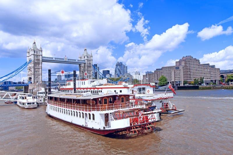 Conduite de bateau de fleuve de Londres photos libres de droits