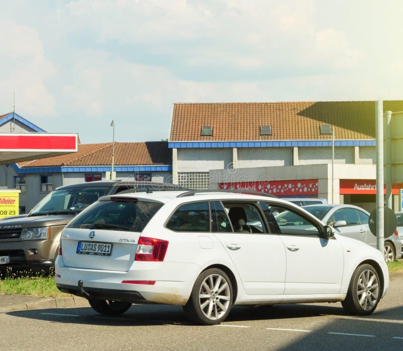 Conduite de chariot de Skoda Octavia vers la station de lavage photo libre de droits