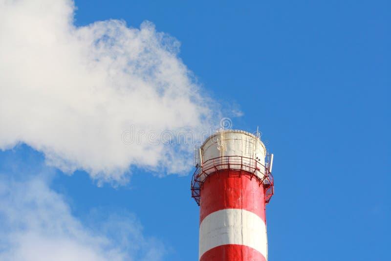 Conduite de cheminée rayée d'usine chimique photo stock