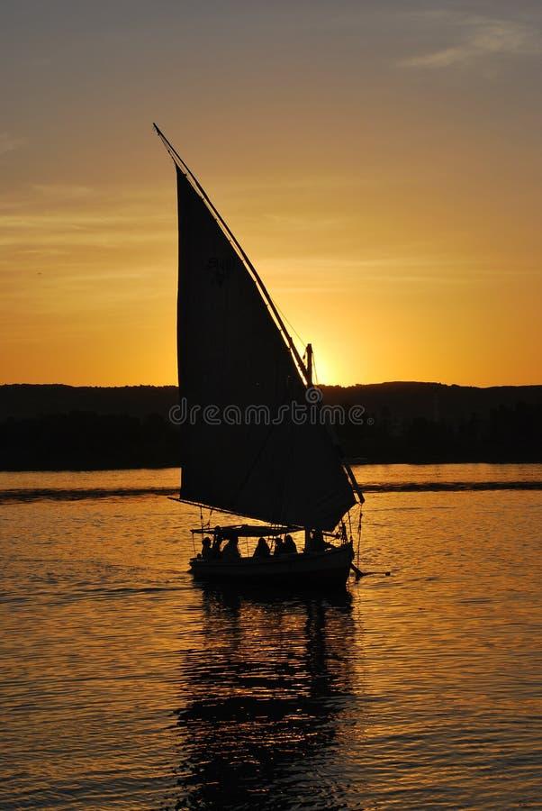 Conduite de Feluka au coucher du soleil à Aswan photographie stock libre de droits