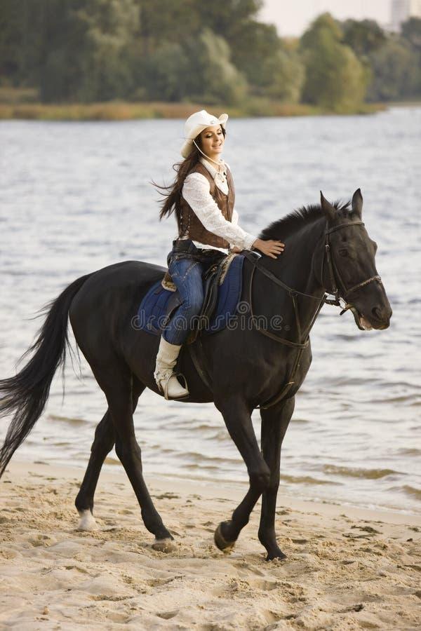 Conduite de femme le cheval photo stock