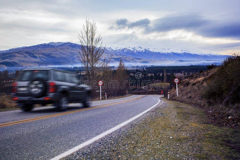 Conduite de Suv sur la route de déplacement de la Nouvelle Zélande image libre de droits
