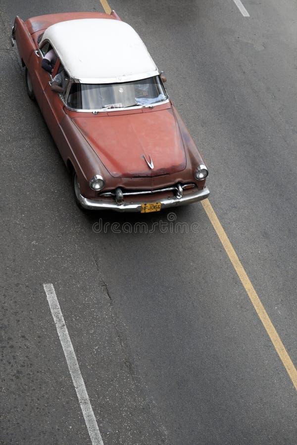 Conduite de vintage en bas d'une route en Havana Cuba images stock