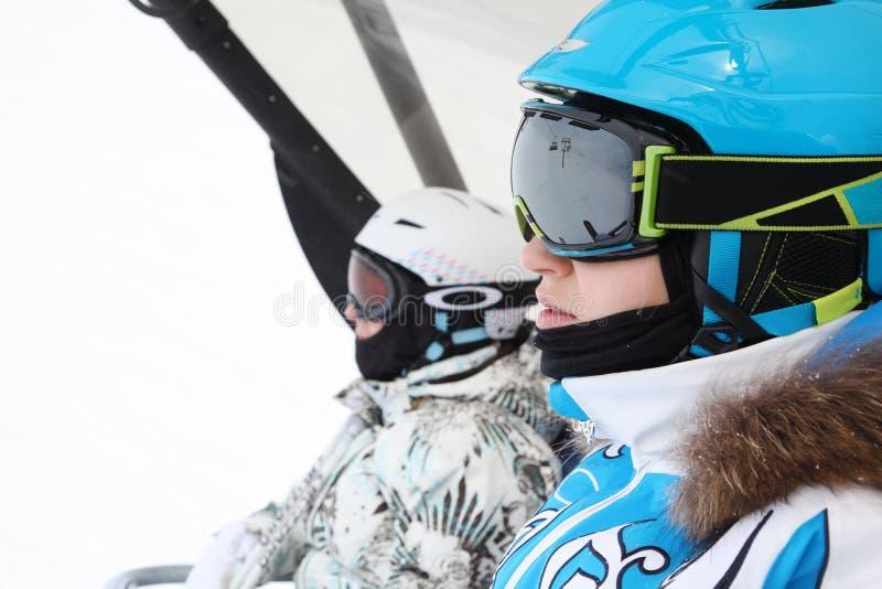 Conduite femelle de deux skieurs sur funiculaire photo libre de droits