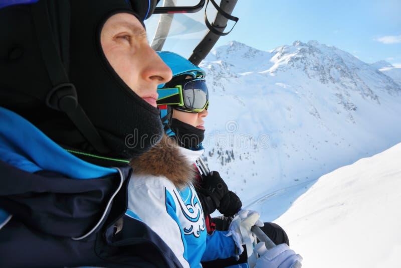 Conduite mâle et femelle de skieurs sur le funiculaire images stock