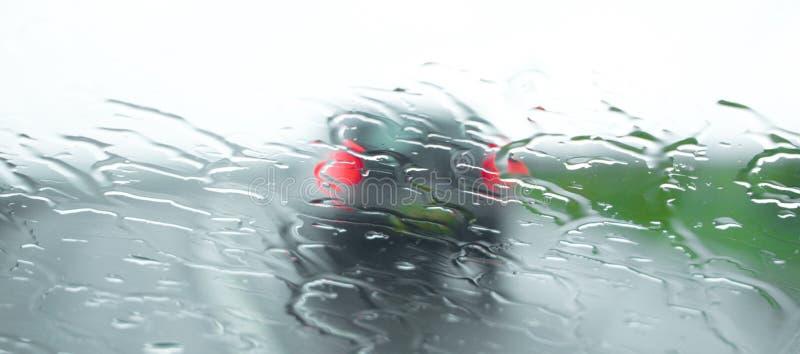 Conduite par temps humide et venteux image stock