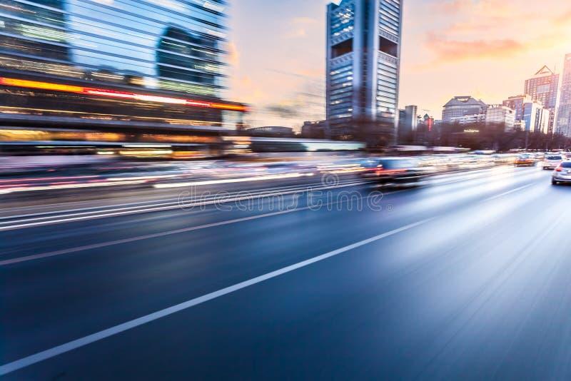 Conduite sur l'autoroute au coucher du soleil, tache floue de mouvement image stock