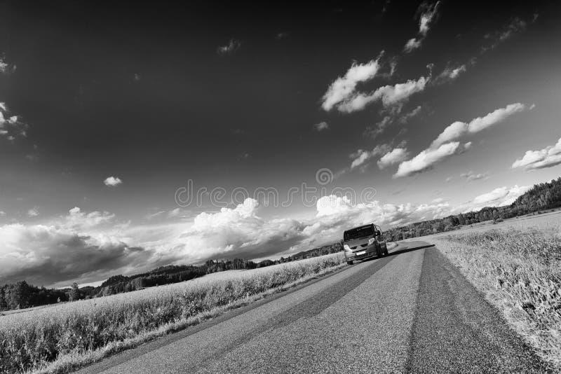 Conduite sur une route de campagne étroite image stock
