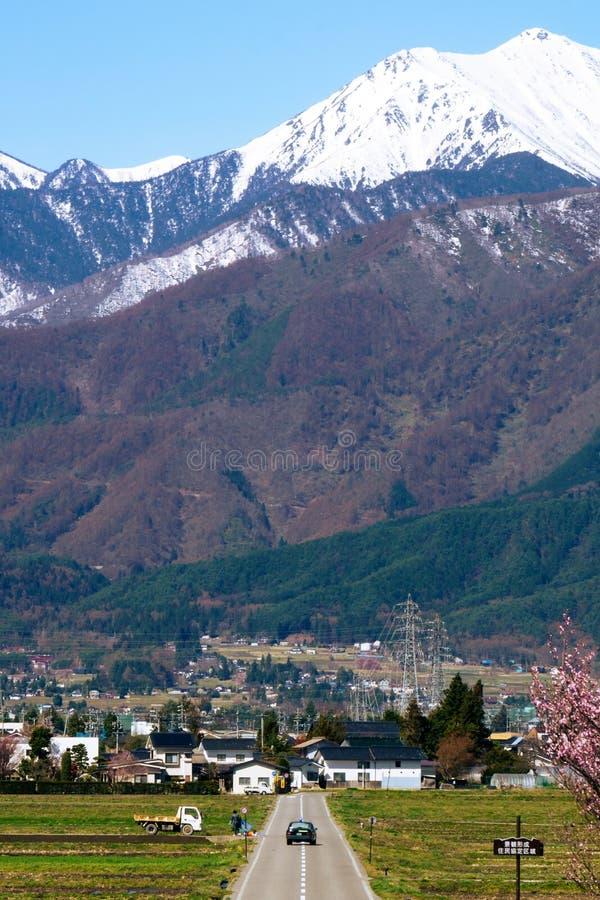 Conduite vers la ville japonaise de montagne image stock