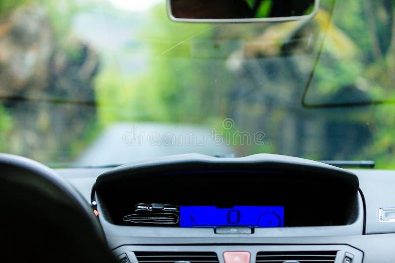 Conduite, vue de l'intérieur sur le tableau de bord image libre de droits