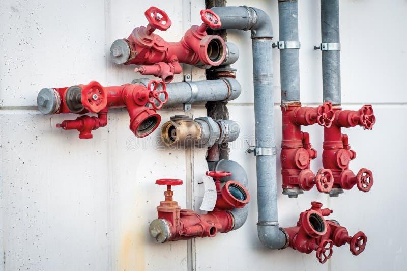 Conduites d'eau avec les valves rouges photographie stock