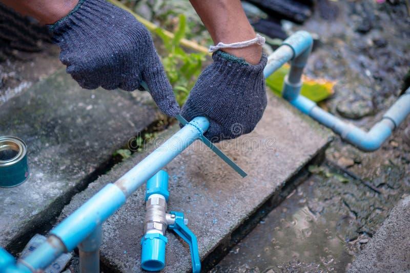 Conduites d'eau de réparation de plombier photo stock