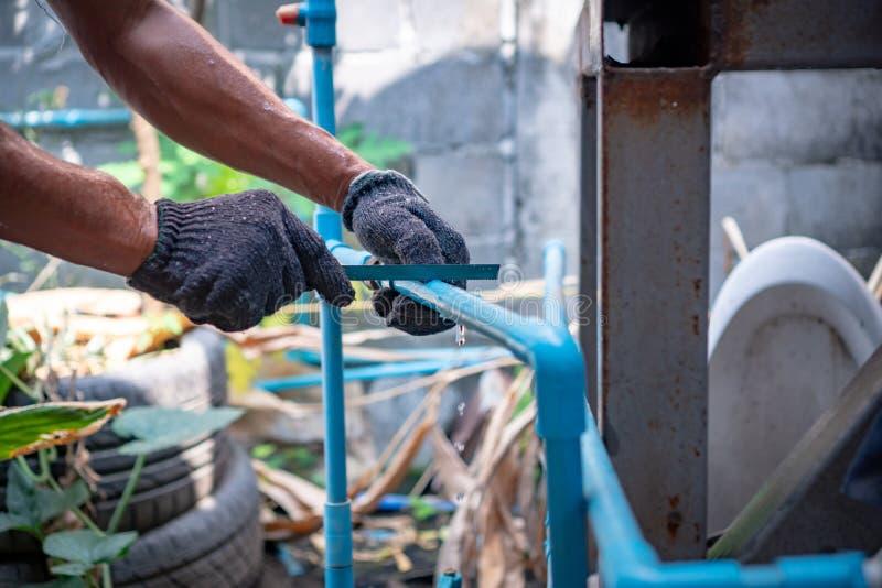 Conduites d'eau de réparation de plombier images libres de droits
