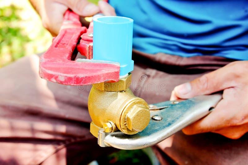Conduites d'eau de réparation de plombiers photos libres de droits