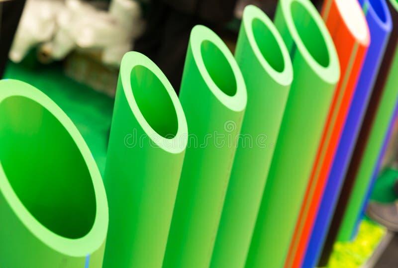 Conduites d'eau en plastique dans une coupe, tube de polypropylène image libre de droits